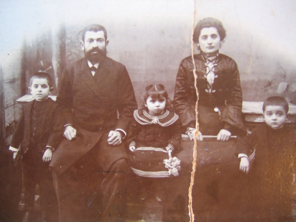 Mendel Klionsky and his family in Borisov, c. 1904